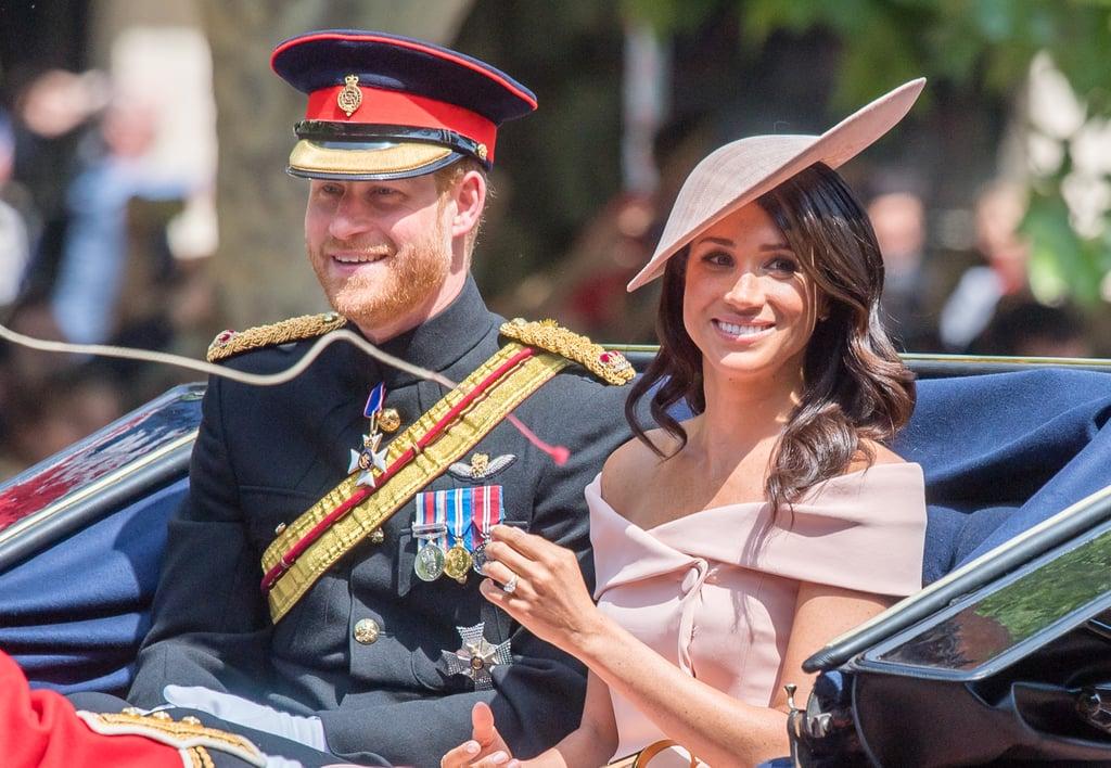 """يونيو: ميغان تحضر لأوّل مرّة عرض فرقة """"ترووبنج ذا كولور"""" العسكريّ مع العائلة الملكيّة."""