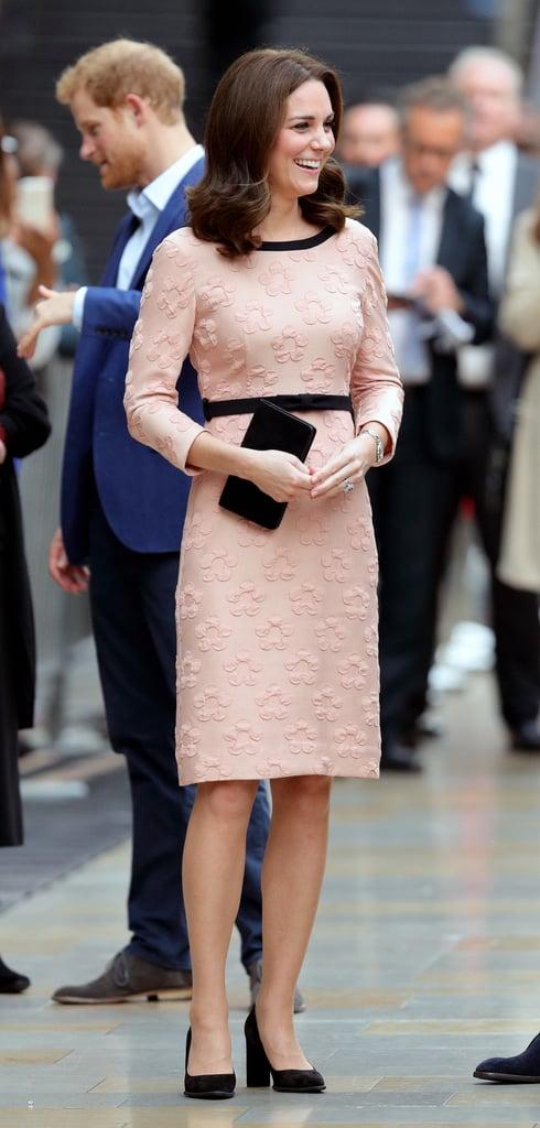 ارتدت كيت هذا الفستان الوردي من علامة أورلا كيلي لحضور حدث منتدى الجمعيّات الخيريّة في محطة بادنغتون خلال شهر أكتوبر 2017، وقامت بتنسيقه مع حذاء نسائيّ أسود بالمخمل السويديّ وحقيبة كلتش أنيقة من علامة مالبري.