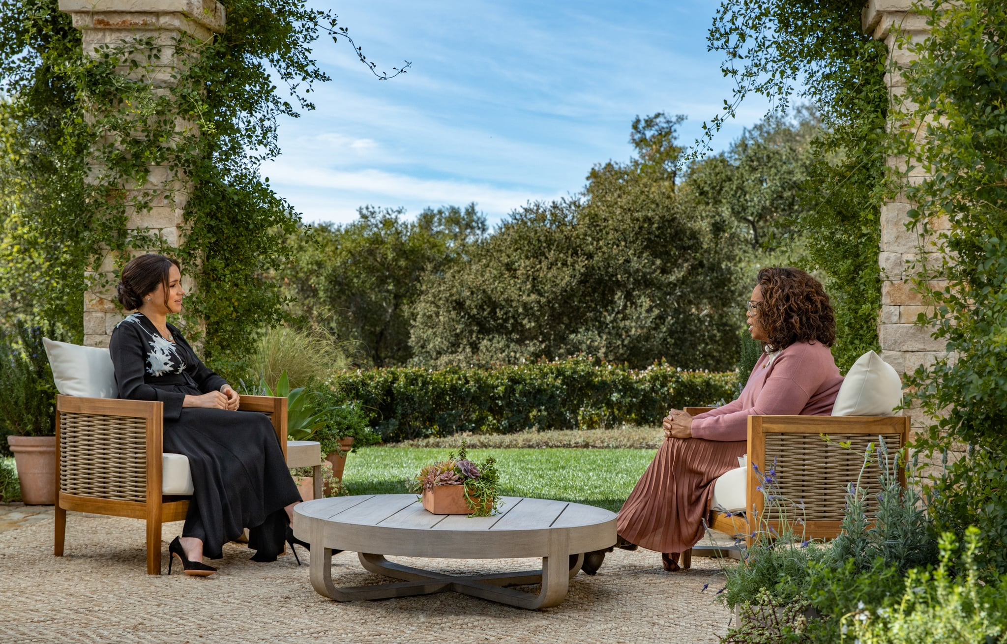 UNSPECIFIED - UNSPECIFIED: در این تصویر دستی که توسط Harpo Productions ارائه شده و در 5 مارس 2021 منتشر شده است ، اپرا وینفری در 7 مارس 2021 با شاهزاده هری و مگان مارکل در یک برنامه برتر CBS Primetime ویژه مصاحبه می کند. از طریق گتی ایماژ)