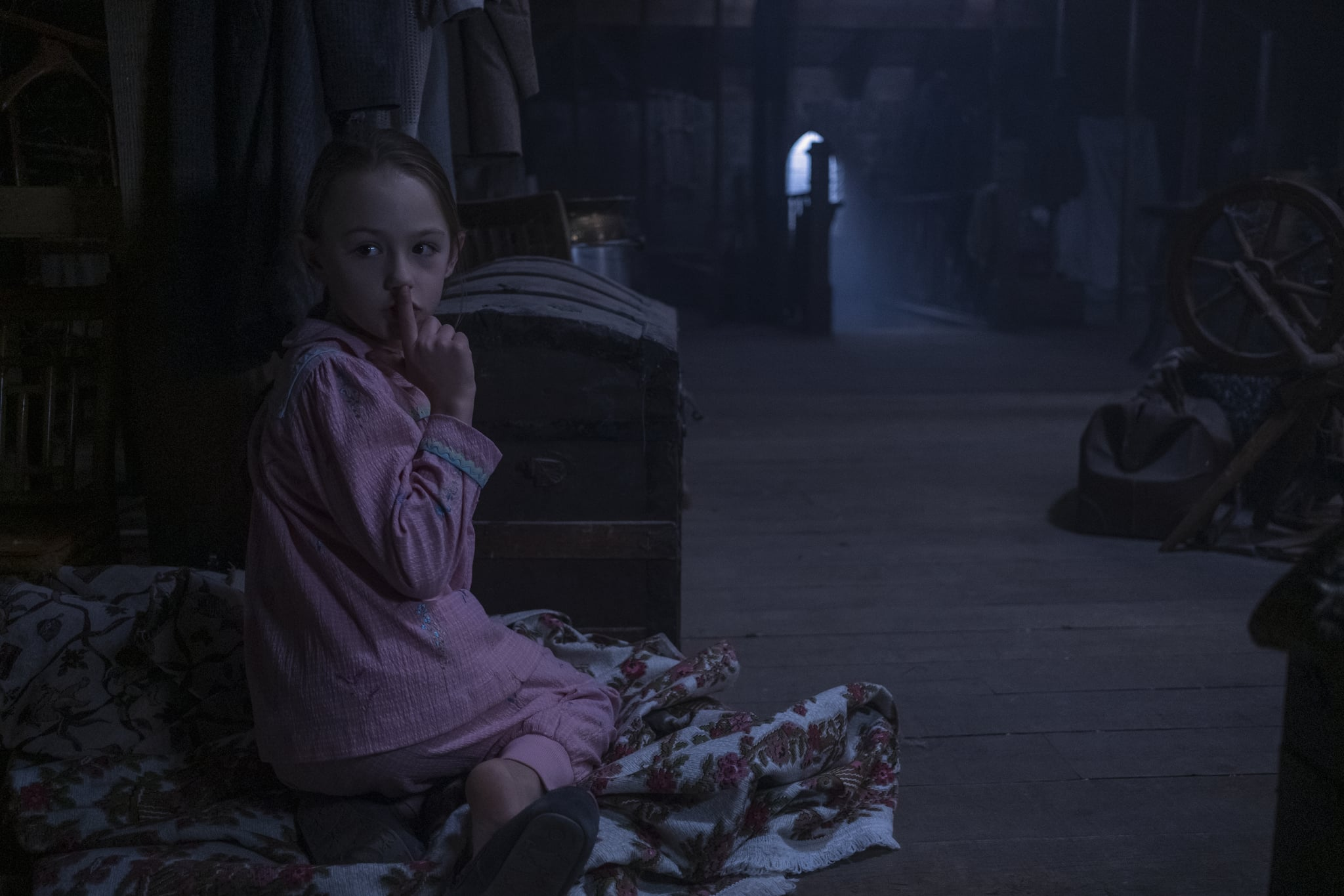 THE HAUNTING OF BLY MANOR (L to R) AMELIE BAE SMITH as FLORA in THE HAUNTING OF BLY MANOR. Cr. EIKE SCHROTER/NETFLIX  2020