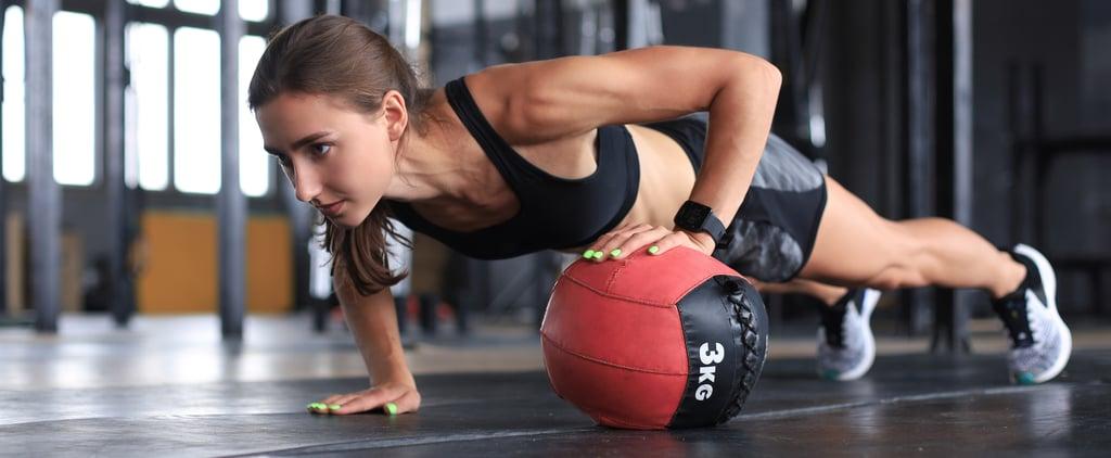 كيفية الاستفادة من الكرة الطبية لأداء تمارين المعدة