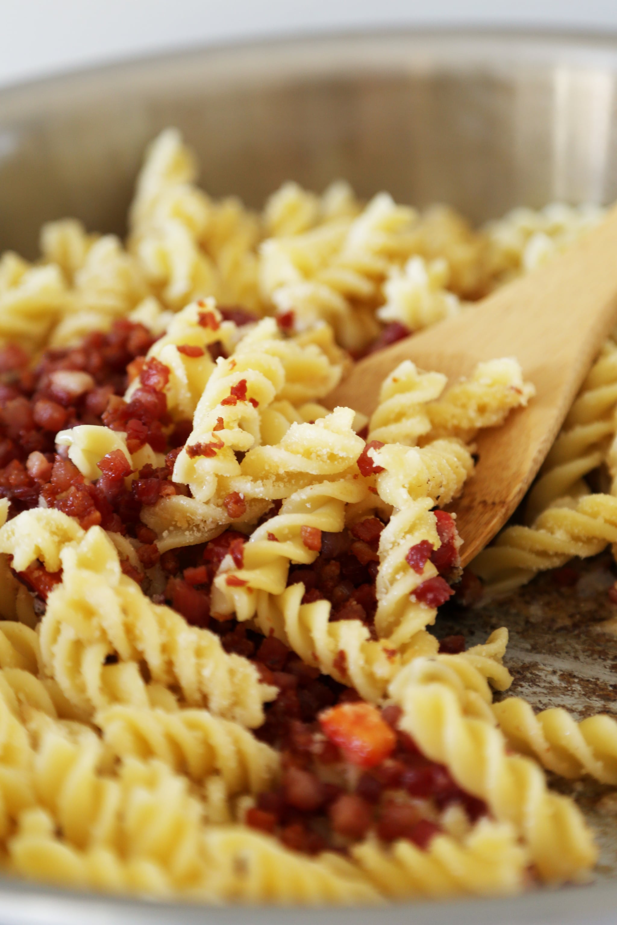 PopsugarFoodAyesha CurryAyesha Curry's Five-Ingredient Pasta RecipePretend You Are Stephen Curry and Make His Favorite 5-Ingredient Pasta Recipe September 24, 2016 by Erin Cullum318 Shares Chat with us on Facebook Messenger. Learn what's trending across POPSUGAR.Image Source: POPSUGAR Photography / Anna Monette RobertsThis five-ingredient pasta recipe from Ayesha Curry's new cookbook, The Seasoned Life, will instantly become part of your weekly dinner rotation, as it has for the Food Network host and her husband, Stephen Curry. The NBA star's favorite recipe of Ayesha's is chicken parmesan, which Ayesha admits you won't find in the book, but this pasta is the next best thing. With just five ingredients (egg noodles, pancetta, red bell pepper, parmesan, and basil), you can have a family-friendly dinner on the table in half an hour or less. The star of this dish is the diced pancetta, so don't skimp on it. When it crisps up, it almost tastes like bacon bits and provides the perfect textural contrast to the pas - 웹