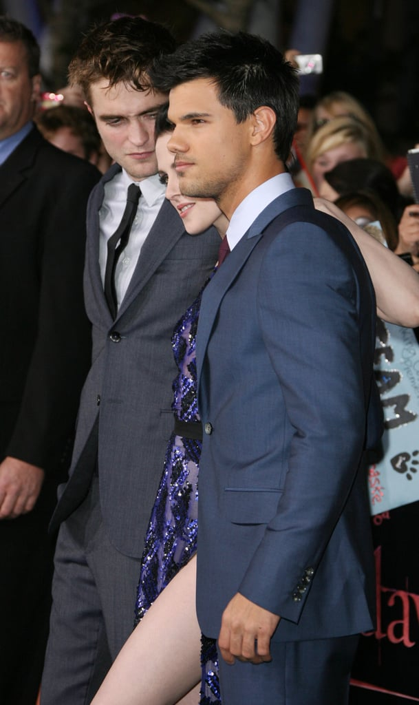 Robert Pattinson gave Kristen Stewart an adorable look as they posed with Taylor Lautner.