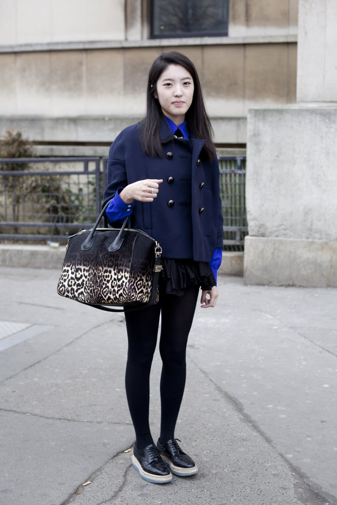 We love how she paired an ombré exotic printed bag with ultra-casual layers.