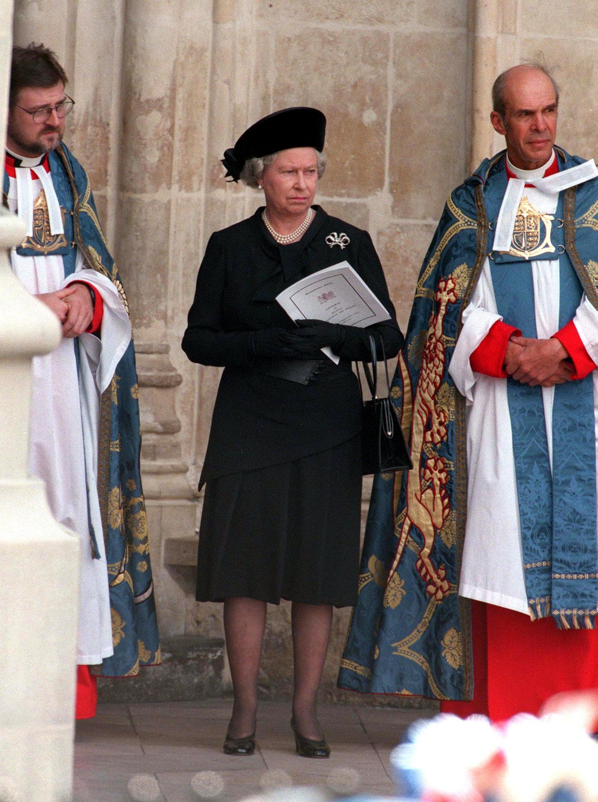 Queen Elizabeth Ii At Princess Diana S Funeral Popsugar Celebrity Australia