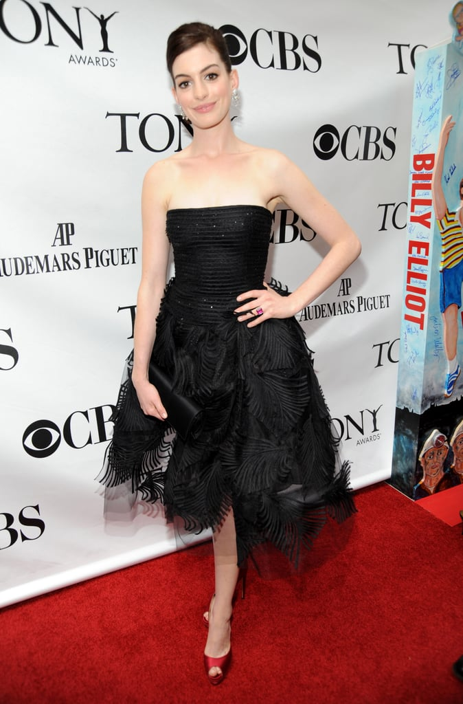 Anne favors slightly retro-inspired cocktail dresses, as shown here in Oscar de la Renta at the 2009 Tony Awards.