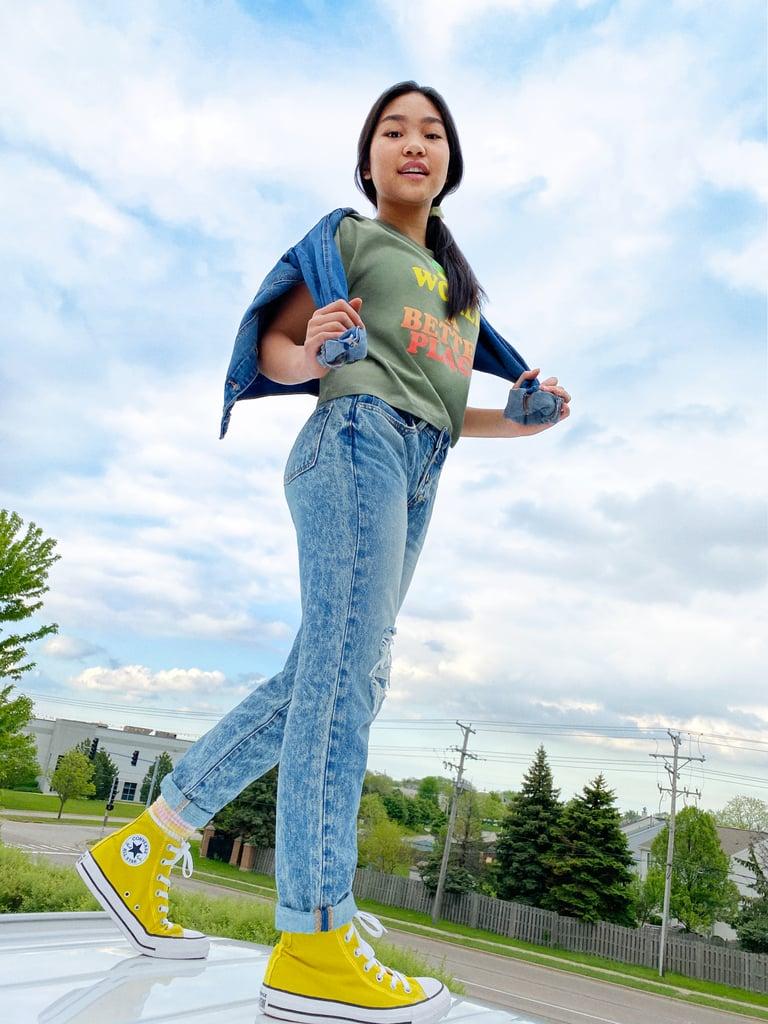 Alizé Lee in acid wash jeans