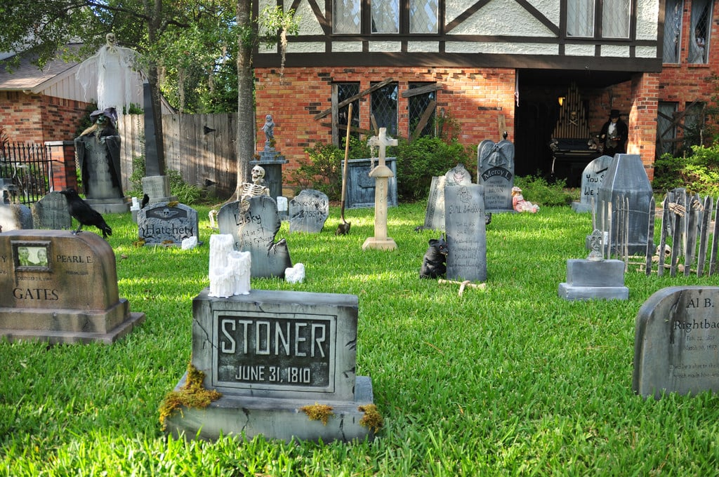 Front Yard Graveyard | Scary Halloween Houses | POPSUGAR Home Photo 3