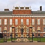 """وعلى غرار قصر باكنغهام، يتمتّع قصر كنسينغتون، الذي تمّ بناؤه في القرن السابع عشر، بتاريخ عريق. حيث ولدت فيه الملكة ماري جدّة الملكة إليزابيث عام 1867، وعاش فيه الأمير فيليب بعام 1947 قبل الزواج من إليزابيث. كما انتقلت الأميرة مارغريت مع أنطوني أرمسترونغ جونز إلى الشقّة 10 بعد زفافهما في عام 1960، فيما انتقلت الأميرة ديانا إلى الشقّتين المدمجتين 8 و9 في كنسينغتون بعد أن تزوّجت من الأمير تشارلز عام 1981. كانت ديانا في العشرين من عمرها فقط في ذلك الوقت، وتمّ توكيلها حينها بمهمّة ممتعة تتمثّل بإعادة تصميم ثلاثة طوابق من الغرف بمساعدة مصمّم ديكور داخليّ. كما أنّه المكان الذي جلبت إليه هي وتشارلز كلا أبنائهما من المستشفى إلى المنزل. وحتى بعد طلاقهما المعقّد، سُمح لديانا بالاحتفاظ بشقّتها في كنسينغتون في لندن باعتباره """"مسكناً رئيسيّاً آمناً"""" لها ولأولادها. عند وفاة ديانا في أغسطس 1997، قام المعزّون من جميع أنحاء العالم بوضع الزهور والملاحظات خارج القصر والتي امتدت في نهاية المطاف لمسافة خمسة أقدام. أقيمت جنازتها بعد أسبوع، إذ انطلق الموكب من خارج قصر كنسينغتون في لندن، سائراً في شوارع لندن وصولاً إلى قصراً آلثروب، حيث تم دفنها هناك."""