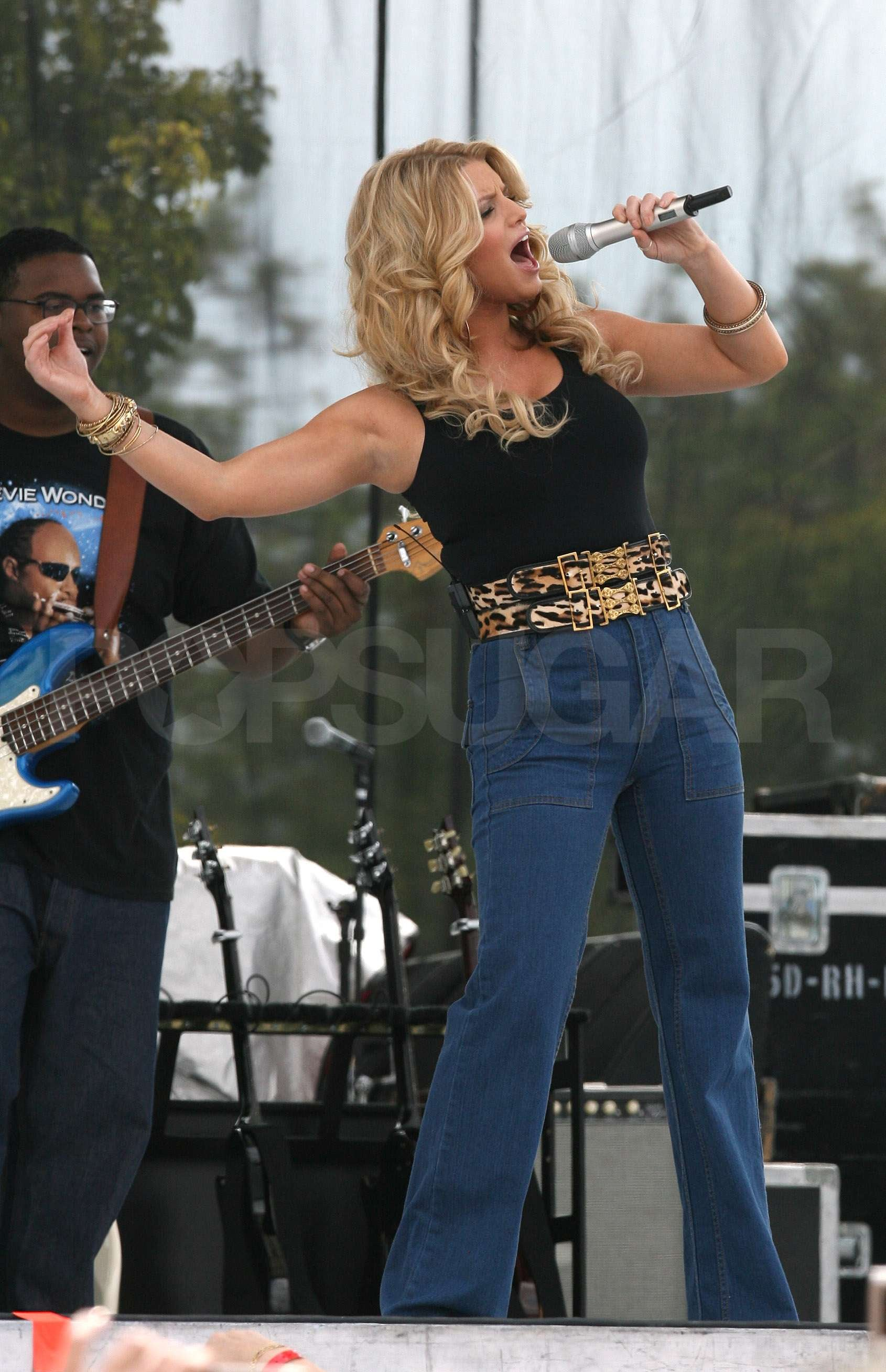Dallas Auto Show >> Jessica Simpson Hikes Up Her Jeans and Sings For Chili | POPSUGAR Celebrity