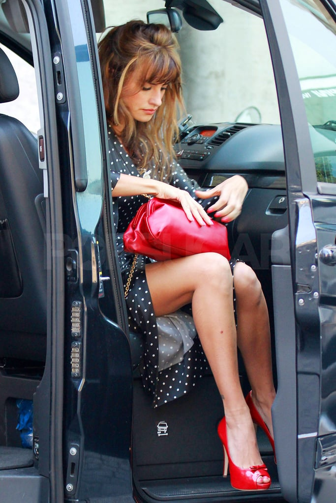 Penelope Cruz secured her purse before hopping out of the car.