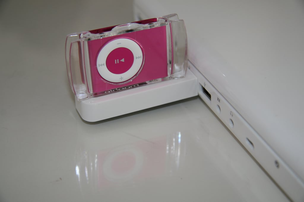 Geeksugar Tests The USB Travel Dock for iPod Shuffle