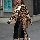 Temper a printed coat with a white t-shirt and finish with modern pumps.