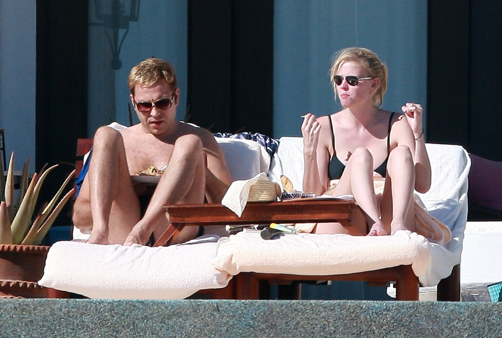 ">> While Kate Moss and Jamie Hince are taking their annual holiday break in Thailand and Marc Jacobs and Lorenzo Martone spent some time in St. Barts — amidst rumors that they were to marry Dec. 31 — Lara Stone also took a little holiday breather.  She and boyfriend British comedian David Walliams, who have been dating since September, were captured spending some time by the pool in Los Cabos, Mexico over the New Year's holiday.<span style=""font-size: 6px;"">*image: Flynet"
