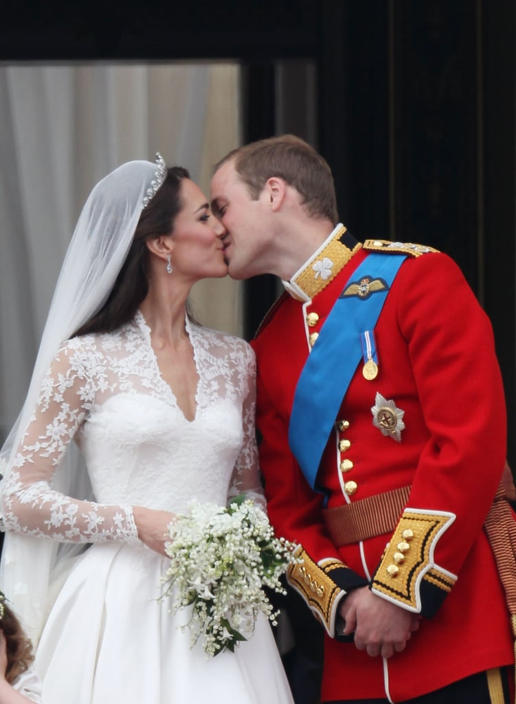 Prince William Kate Middleton First Kiss Balcony 2011-04-29 06:00:52