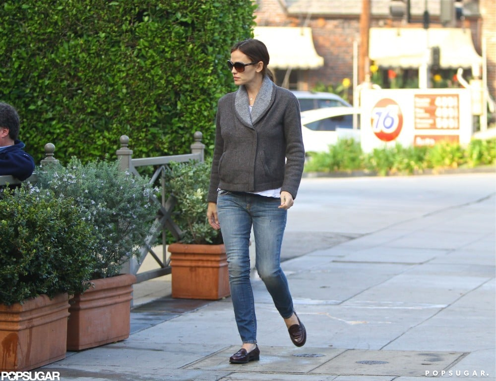 Jennifer Garner strolled up to Starbucks.