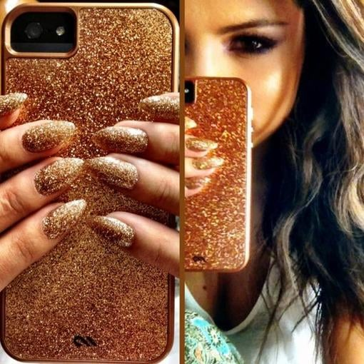 Selena Gomez showed off her sparkly gold iPhone case and matching manicure. Source: Twitter user selenagomez