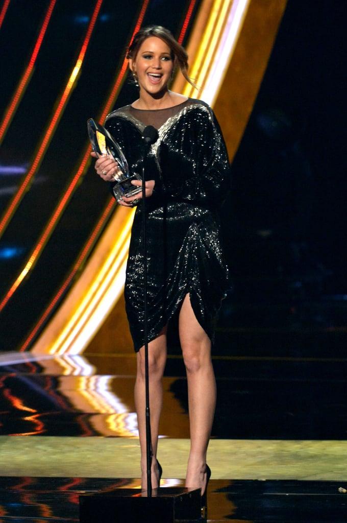 عادت الثمانينيات بكامل بريقها عندما وصلت جينيفر لورنس إلى حفل تسليم جوائز بيبول تشويس أواردز لعام 2013 بهذا الفستان الأسود المثير من فالنتينو.