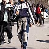 ارتدي بنطال جينز مميّز بتصميمه البارز تحت سترة رياضيّة بسيطة مغلقة السحّاب