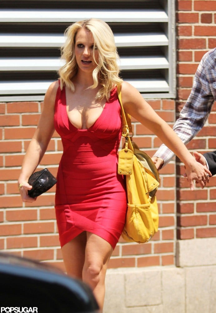 Britney Spears carried a yellow bag.