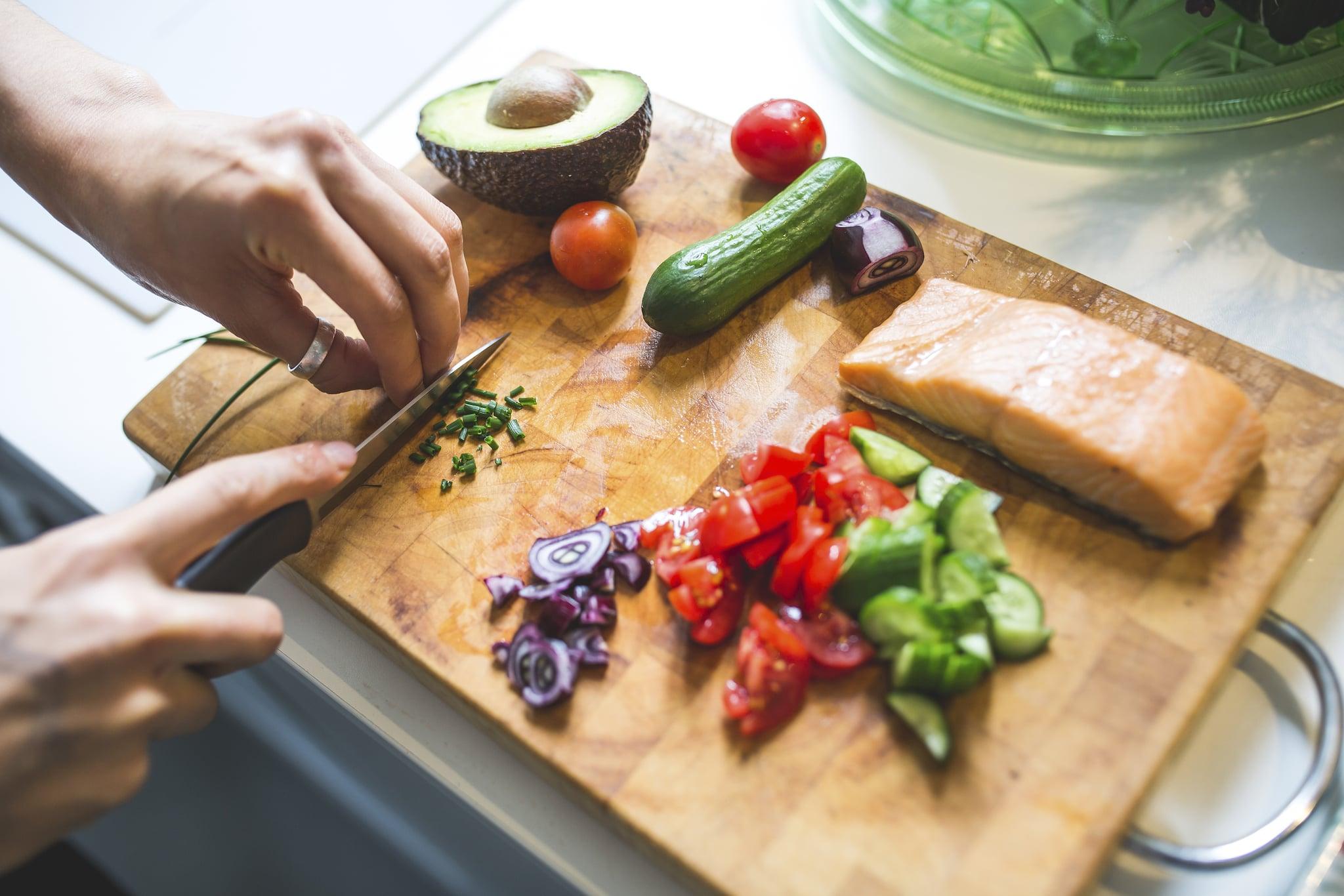 Gesunde Ernährung, Kochen & Fitness, Salat zubereten, Tomate, Gurke, Kräuter, Lachs, Fisch