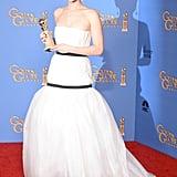 عندما فازت جينيفر بأفضل ممثلة مساعدة عن دورها في فيلم أميريكان هاسل في الحفل السنوي الـ71 لتوزيع جوائز غولدن غلوب، ارتدت هذا الفستان مزدوج النطاق، فأشعلت عالم الإنترنت، وكان ذلك تذكاراً مميزاً آخر لهذه النجمة.