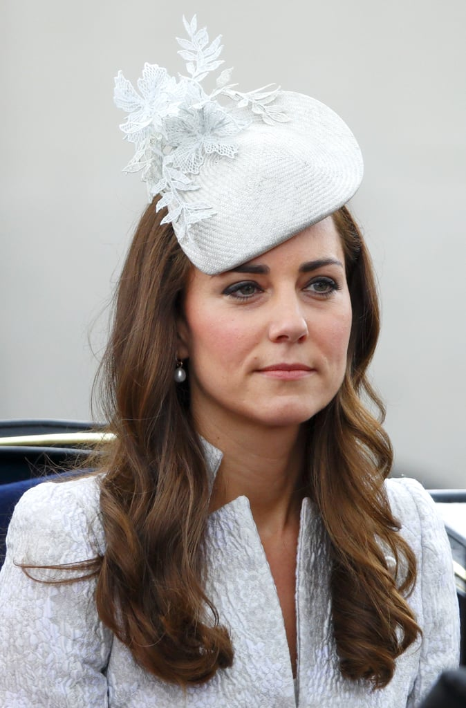 كيت بقبّعة زرقاء فاتحة من تصميم جين تايلور أثناء حضورها مراسم Trooping the Colour عام 2014.