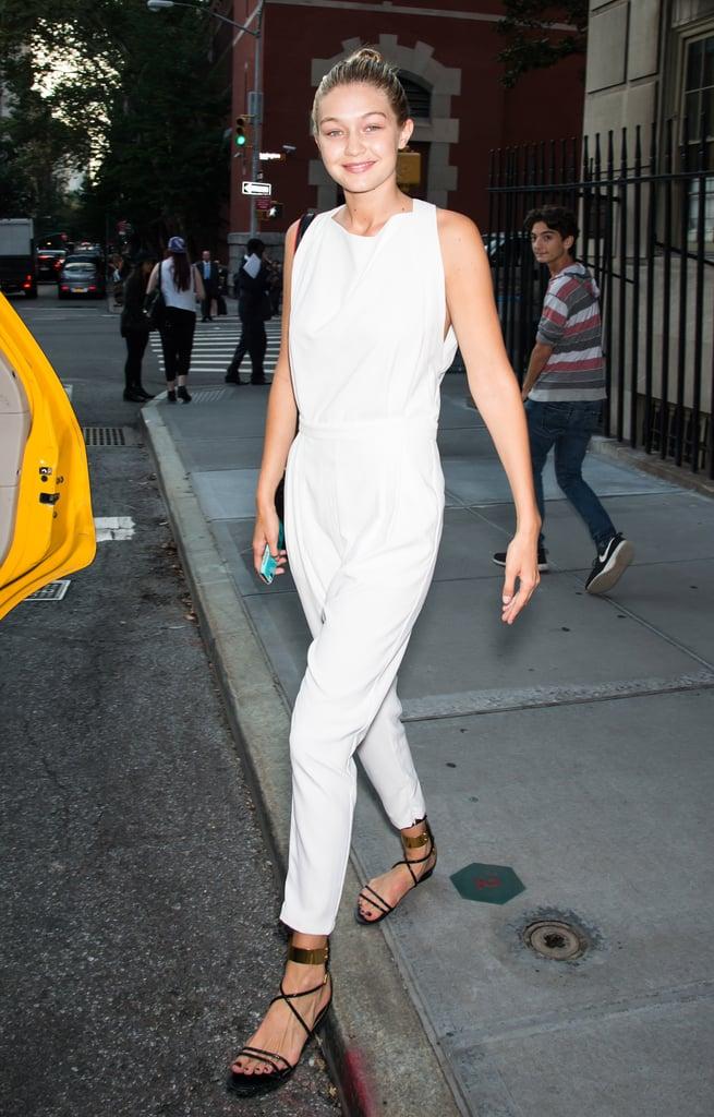 تمسّكت جيجي بقطع الثياب المميّزة – فقد أطلّت بهذه البذلة البيضاء بشكل متناوب عام 2014، سواء كان ذلك على السجّادة الحمراء أو في الشارع.
