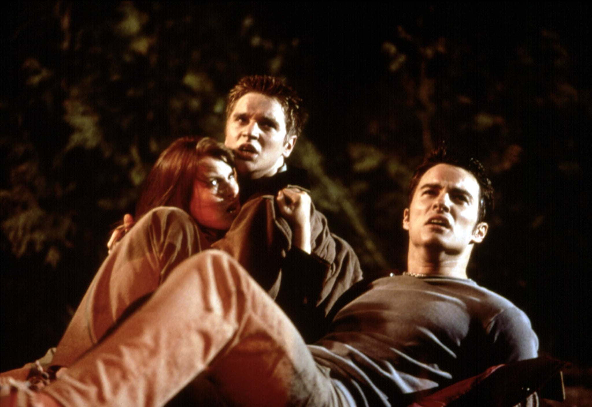 FINAL DESTINATION, Ali Larter, Devon Sawa, Kerr Smith, 2000, huddled in fear