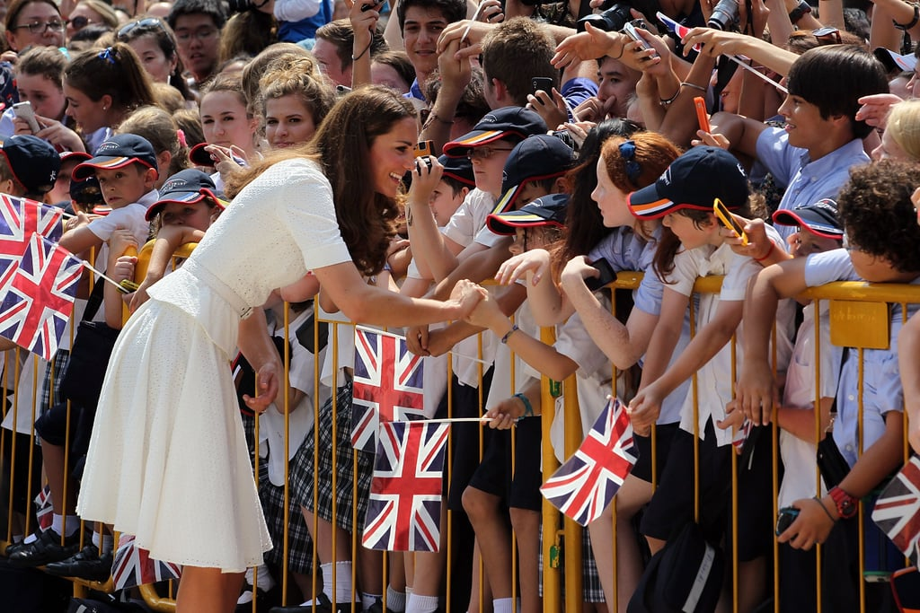 Kate Middleton smiled while shaking the hands of her younger admirers in Singapore.