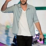 Liam Hemsworth waved while on stage at the Teen Choice Awards.