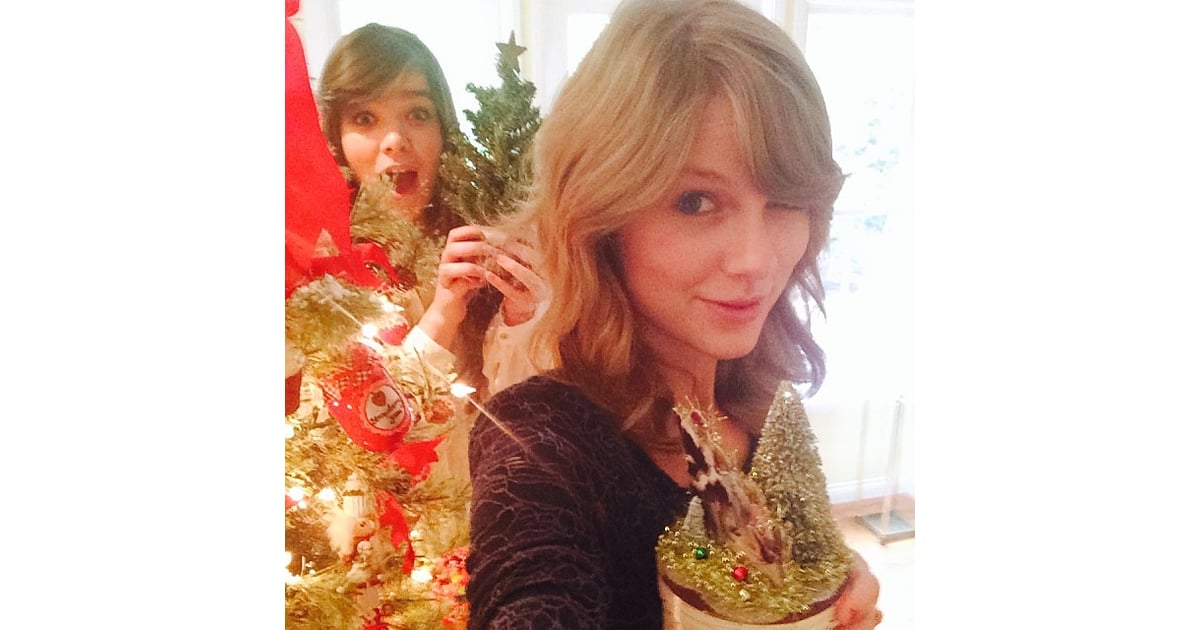 Taylor Swift Christmas.Taylor Swift Got Into The Christmas Spirit With Pal Hailee