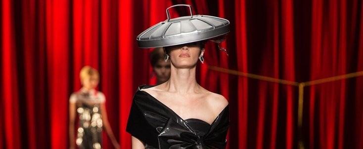 يبتكر المصمّمون ملابس غريبة كنوع من الدعاية لعلامتهم التجاري