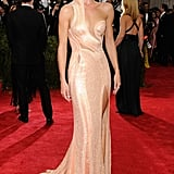Rosie kept it sleek and sexy in Atelier Versace at the 2015 Met Gala in New York.