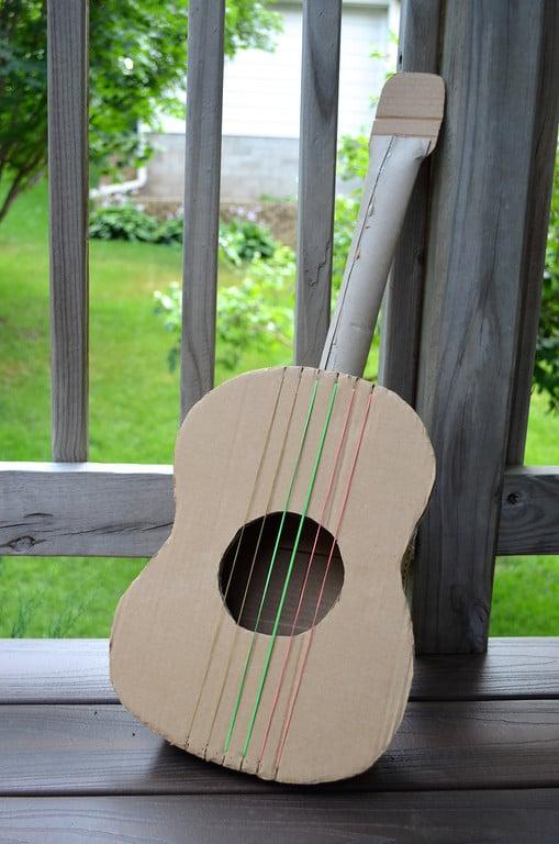 сделать гитару из картона для детей собрали Все
