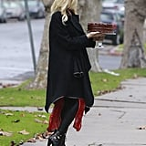 Gwen Stefani balanced the cake on a cake stand.