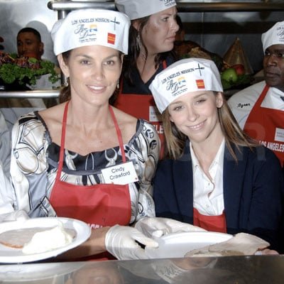 Cindy Crawford and Jennifer Love Hewitt Serve Food to the Homeless for Thanksgiving