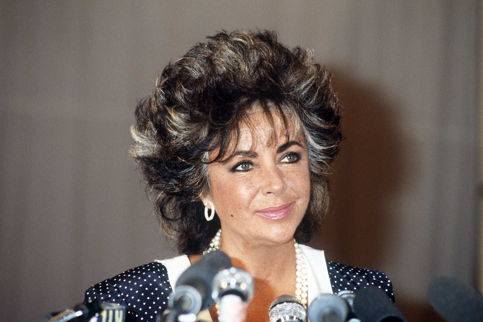 US actress Elizabeth Taylor attends a gala at the Paradis Latin organised for the fight against AIDS, on November 11, 1985, in Paris. (Photo credit should read PIERRE GUILLAUD/AFP/Getty Images)