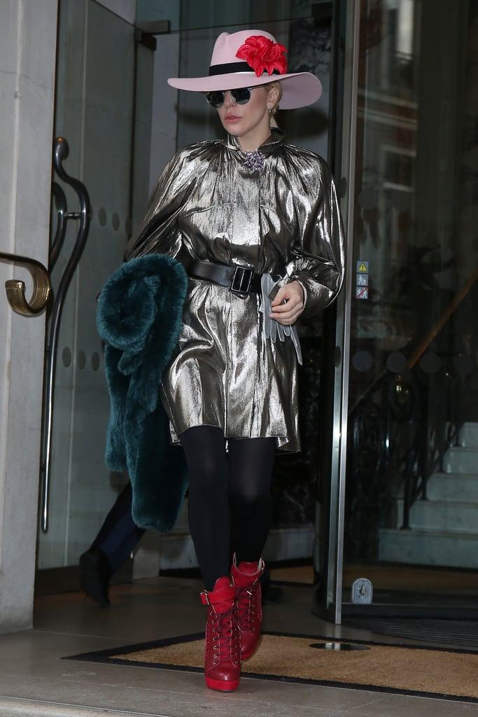 مرتديةً ثوباً فضّياً من علامة Ellery مع إكسسوارات حمراء.