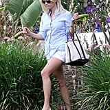 Reese Witherspoon visits a friend's house.