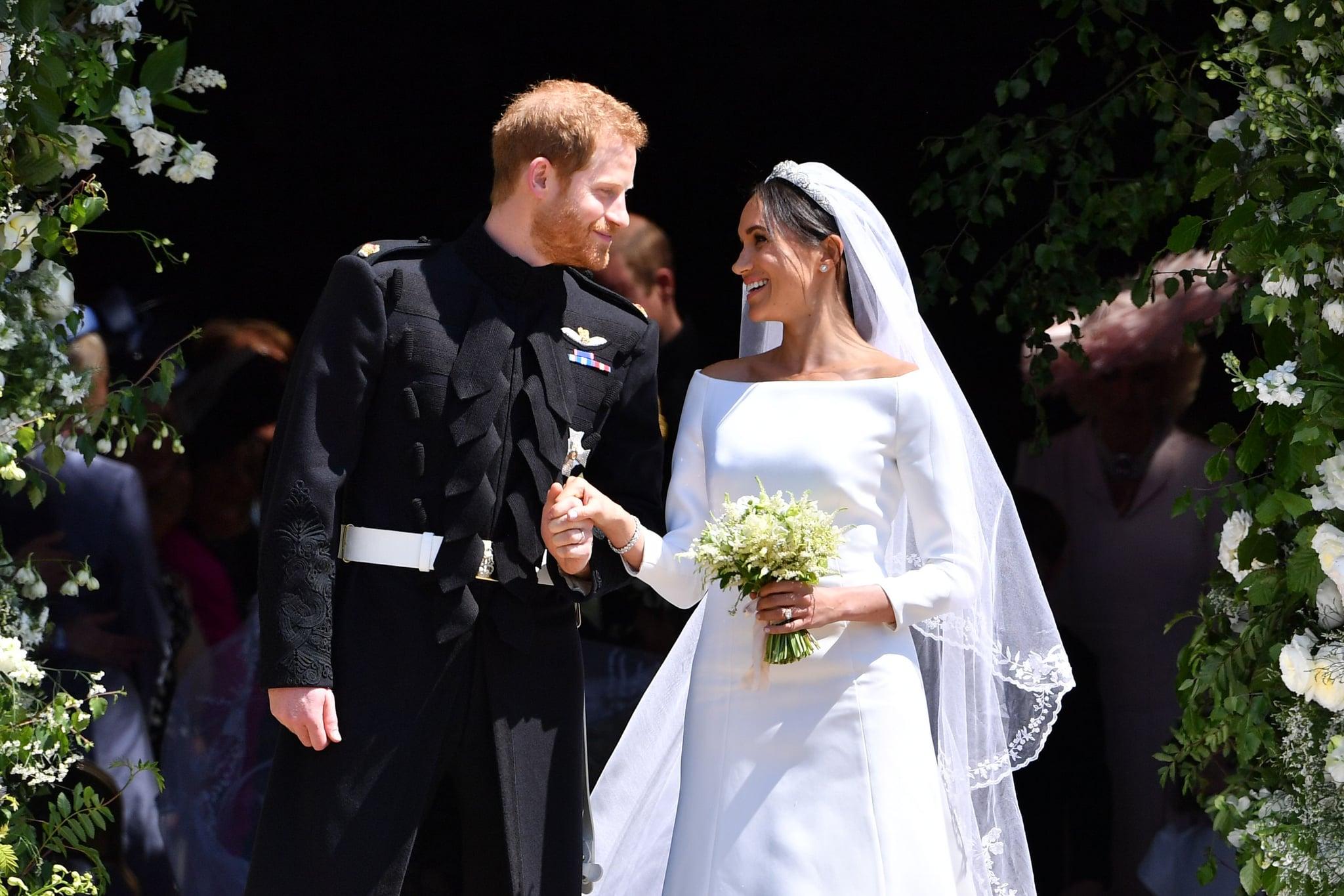 TOPSHOT - شاهزاده هری انگلیس ، دوک ساسکس و همسرش مگان ، دوشس ساسکس در 19 می 2018 پس از مراسم ازدواج خود از درب غربی کلیسای سنت جورج ، قلعه ویندزور ، در ویندزور خارج شدند.  (عکس از بن STANSALL / منابع مختلف / AFP) (اعتبار عکس باید BEN STANSALL / AFP را از طریق Getty Images بخواند)
