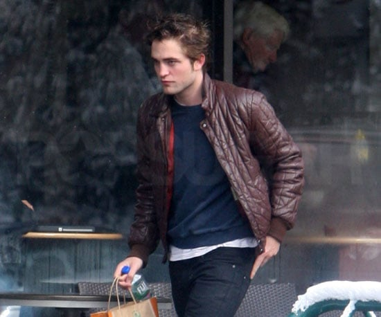 Photo of Robert Pattinson Out in Vancouver 2009-03-10 16:00:00