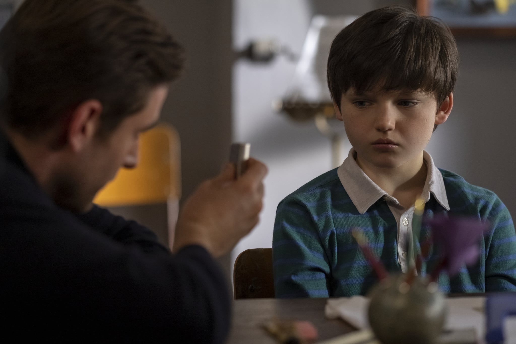 THE HAUNTING OF BLY MANOR (L to R) OLIVER JACKSON-COHEN as PETER QUINT and BENJAMIN EVAN AINSWORTH as MILES in THE HAUNTING OF BLY MANOR Cr. EIKE SCHROTER/NETFLIX  2020