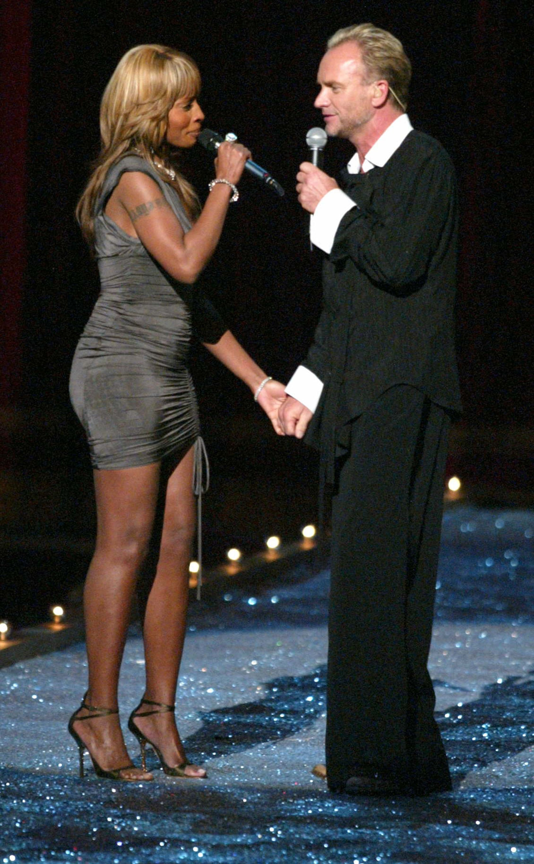 Mary J. Blige and Sting shared the stage for a romantic performance during the 2003 show.