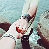 أمسكي يد شخص آخر متألّم أكثر منكِ.