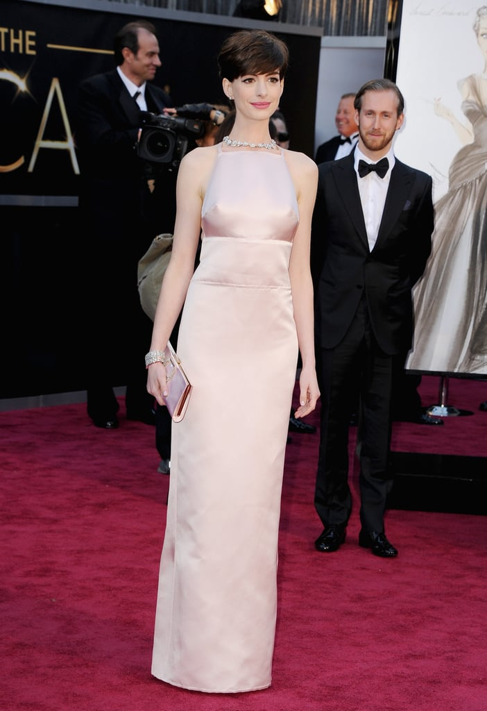 Anne Hathaway wore a pink Prada gown to the Oscars.