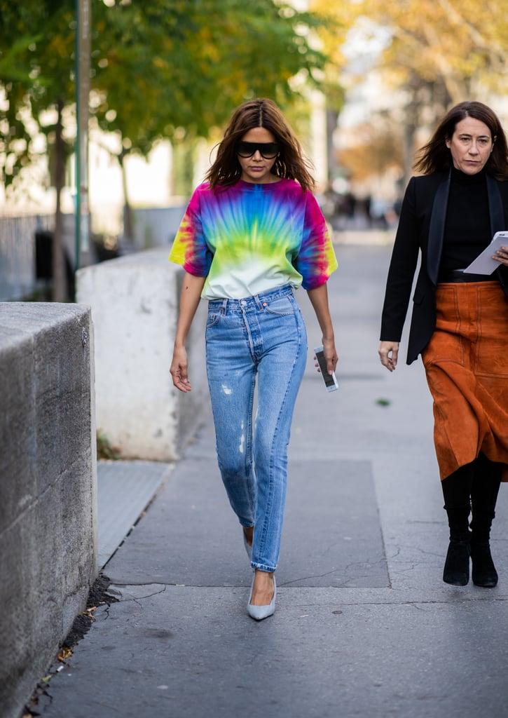 ارتداء تي-شيرت بسيط مصبوغ بألوان مشرقة هو كلّ ما تحتاجينه لمنح بنطال الجينز بعض الجاذبيّة