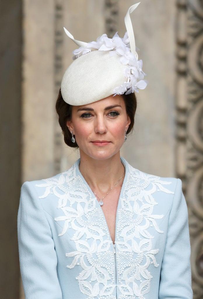 تضمّنت إطلالة كيت الاحتفاليّة بمناسبة فعاليّات عيد ميلاد الملكة التسعين قبّعة متميّزة من تصميم جين تايلور نسّقتها على معطف كاترين ووكر المصمّم حسب الطلب.
