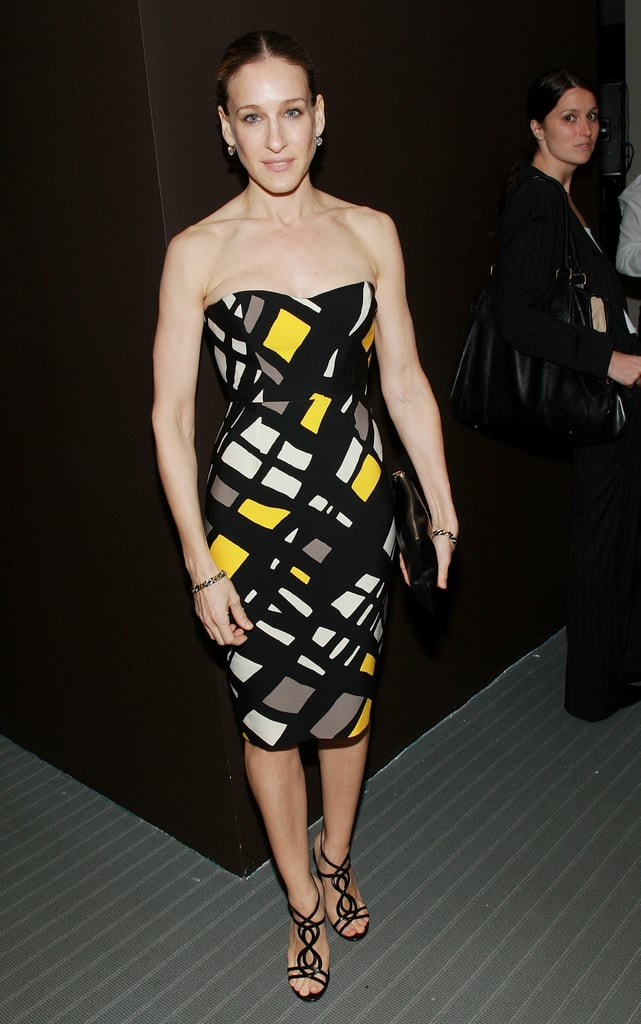 For a 2007 NYC outing, Parker styled a geometric Giambattista Valli dress with dainty sandals and minimal accessories.