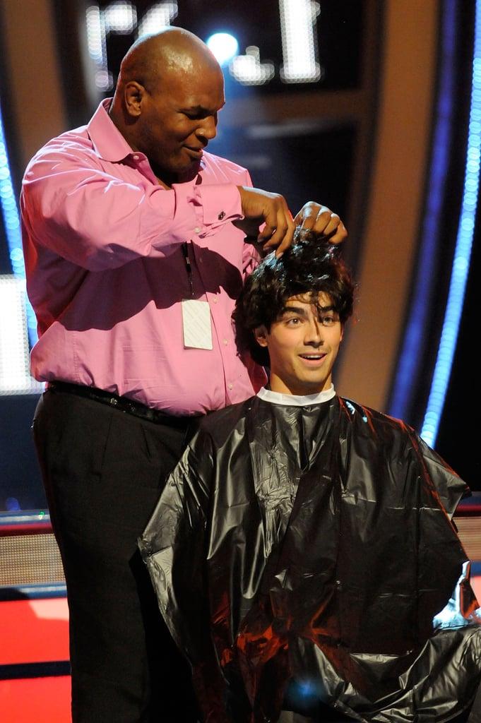 Joe Jonas Getting His Hair Cut at the Teen Choice Awards in 2009